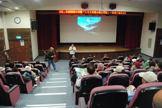 照片1.參加民眾於簡報室欣賞『山水翡翠』多媒體簡報